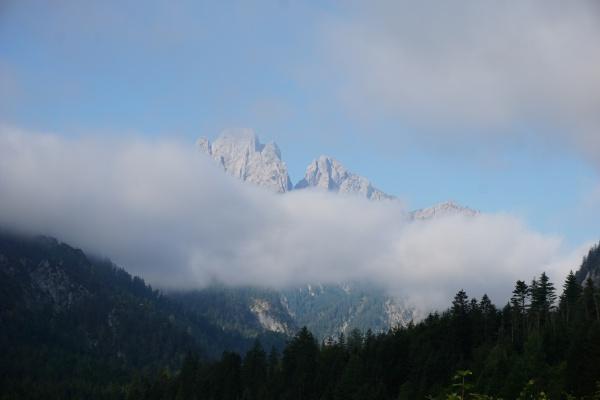 Beim Aufbruch in Gstatterboden zeigen sich die umliegenden Gesäuseberge - wie hier im Bild der Admonter Reichenstein - noch teilweise hinter Nebel versteckt