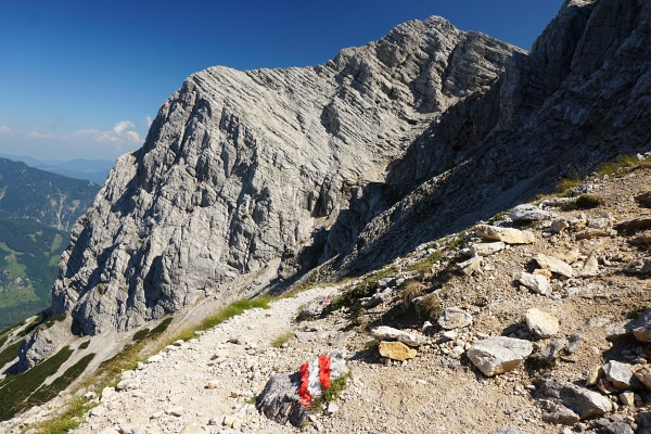 Vorbei an der Abzweigung zum Klettersteig noch ein Stück Richtung Norden
