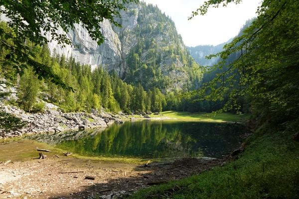 Nach der Hitzeperiode der letzten Wochen ist der Kammersee derzeit ziemlich klein. Auch der im Hintergrund befindliche Traun-Ursprung-Wasserfall führt kein sichtbares Wasser.