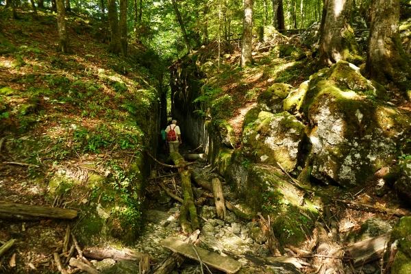 Der von Menschenhand in den Fels geschlagene Verbindungskanal zwischen Kammersee und Toplitzsee ist bei normalem Wasserstand begehbar.