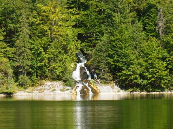 Da drüben bei der Einmündung des Vorderbach-Wasserfall ist doch jemand. Sollte es hierher doch ein Steiglein geben?