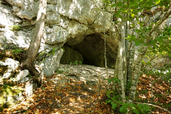 Vorbei an einer etwa mannhohen Höhle.