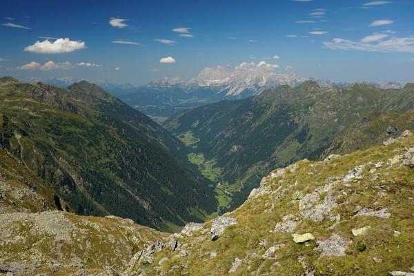 Blick aus dem Klafferkessel nach Rohrmoos. Im Hintergrund das Dachsteingebirge.