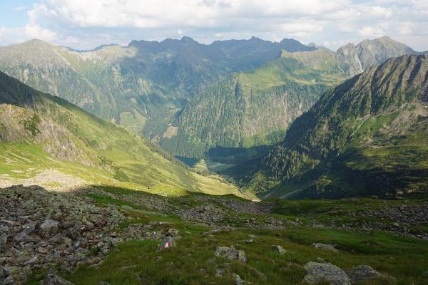 1.163 Höhenmeter sind es von der Rettingscharte hinab zum Schwarzensee.