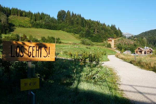 Wir starten unsere Wanderung in Wienerbruck. Der Ötscher liegt noch in sehr weiter Ferne (rechts hinten erkennt man ein Zipfelchen des Rauhen Kamms)