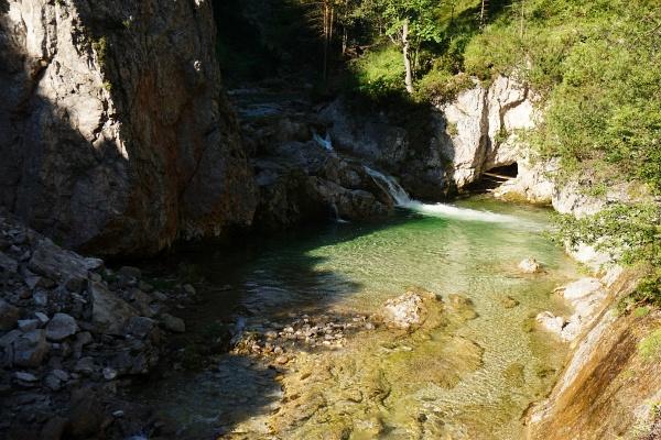 Nette Plätze für ein (Fuß-)Bad gibt es im Ötscherbach zahlreiche