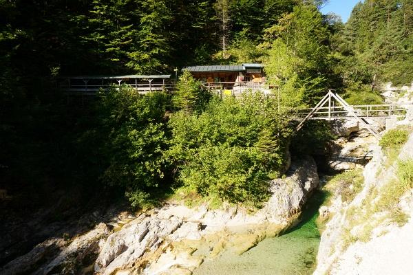 """Die idyllisch gelegene Hütte """"Ötscherhias"""" liegt beim morgendlichen Anstieg in der Sonne. Am Nachmittag war es hier bereits schattig."""