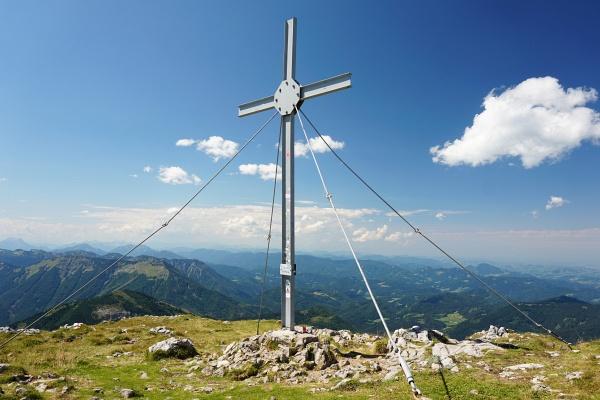 """Gipfelkreuz am Ötscher. Für so ein """"einsames"""" Foto muss man am stark besuchten Gipfel schon einige Geduld aufweisen."""