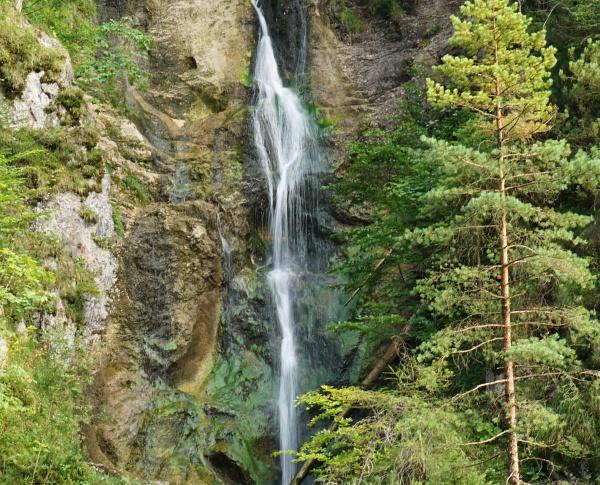 Vorbei an diversen Wasserfällen