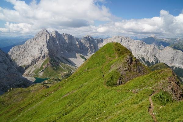 Die AlpenYetin als winziger Strich auf der dem Rauchkofel vorgelagerten Aussichtskanzel über dem Wolayer See.