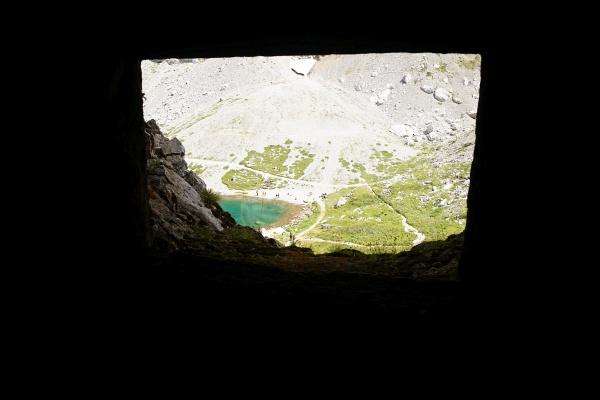 Ausblick aus einem der Kriegsbunker zum Wolayer See