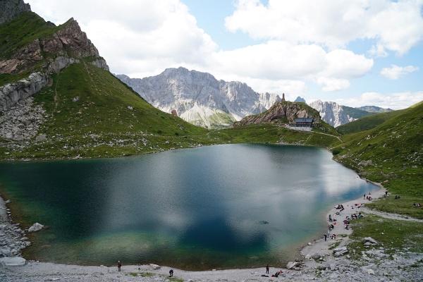Der Wolayer See - auch ohne Sonne ein Blickfang.