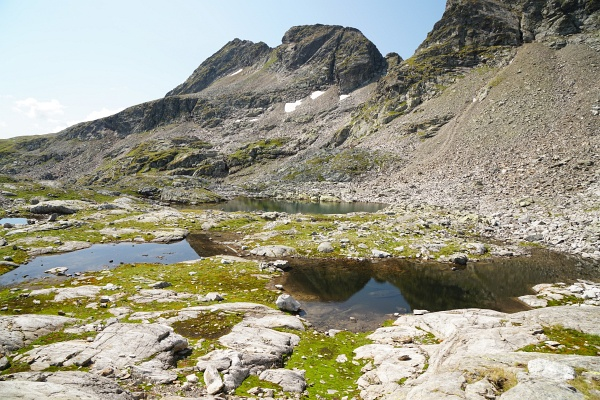 Unterhalb des Anstiegs zur Tratenscharte lassen wir uns an einem See zur Jause nieder.