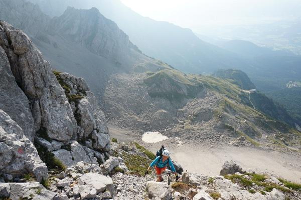 Unterwegs am teilweise ausgesetzten Gamsängersteig im Kaisergebirge. Rechts erkennt man die Gruttenhütte.