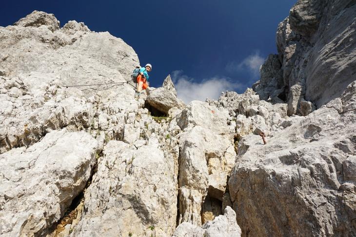 Aufstieg zu einer markanten Felsnadel.