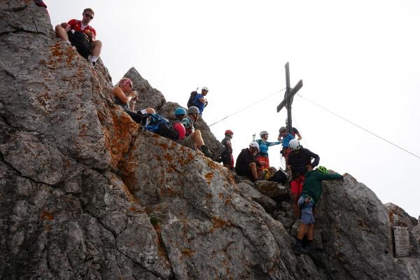Bei unserer Ankunft ist es nicht gerade einsam beim Gipfelkreuz auf der Ellmauer Halt. Aber bereits wenig später sind wir mit den Bergdohlen alleine.