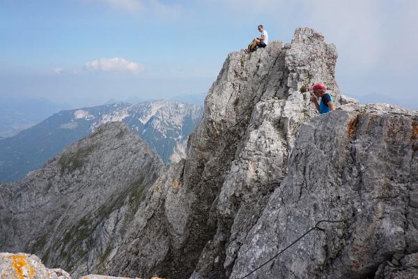 Exponiertes Jausenplatzerl auf einem dem Gipfel vorgelagertem Felsturm.