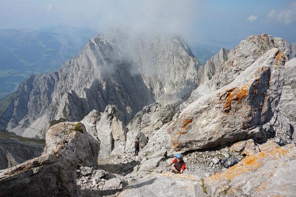 Der letzte Bergsteiger verlässt den Gipfel. Jetzt sind wir ganz alleine oben.