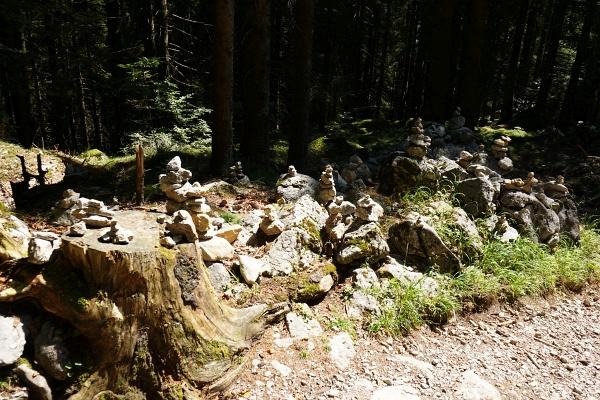 Unzählige Steinmandln in allen Größen zeigen, dass die Wochenbrunneralm auch bei Kindern sehr beliebt ist.