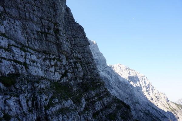 Auf der Felskante oberhalb der Bildmitte erkennt man bei genauem Hinsehen einen Kletterer. Meine Befürchtung, das wäre der Peternpfad hat sich gottseidank nicht bewahrheitet.