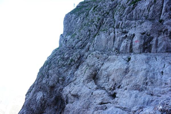 Kletterabschnitte wechseln sich mit Gehgelände - wie hier waagrecht durch die Bildmitte auf einem Felsband. Links erkennt man einen Wanderer, der mich gerade überholt hat und mir liebenswürdigerweise Fotos von mir zugesandt hat :-)