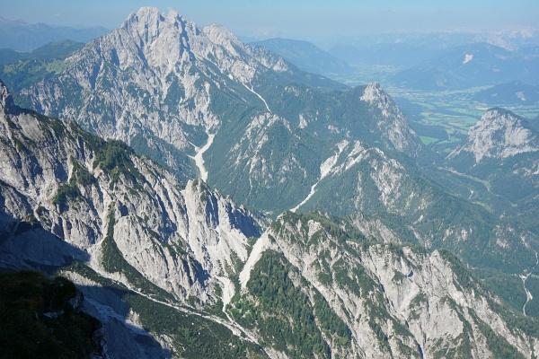 Tiefblick zur Gsengscharte unterhalb der Bilmitte. Und darunter die Haindlkarhütte. Im Hintergrund der Admonter Reichenstein.