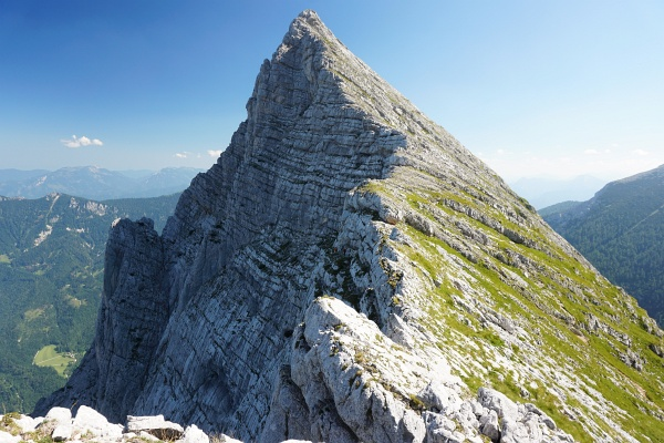 Die Route über die Planspitze ist kürzer und einfacher als jene über den Dachlgrat zum Hochtor. In Bildmitte kommt gerade ein Klettererpaar aus der Nordwand.