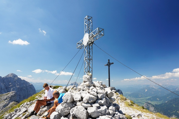 Nach und nach trudeln Wanderer bei den 2 Gipfelkreuzen auf der Planspitze ein