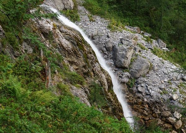 Abstieg an einem Wasserfall vorbei.