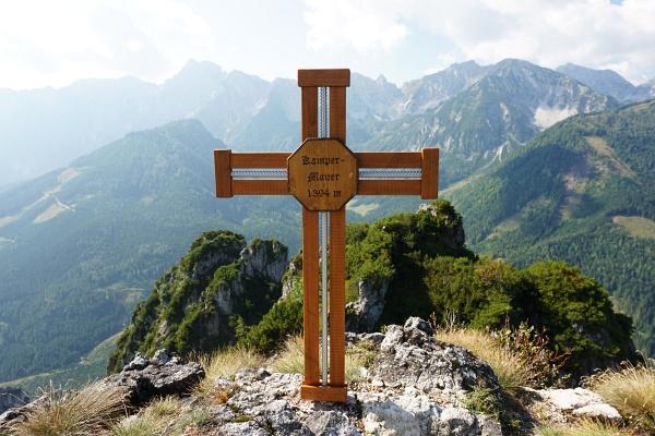 Schmuckes Gipfelkreuz auf der Kampermauer
