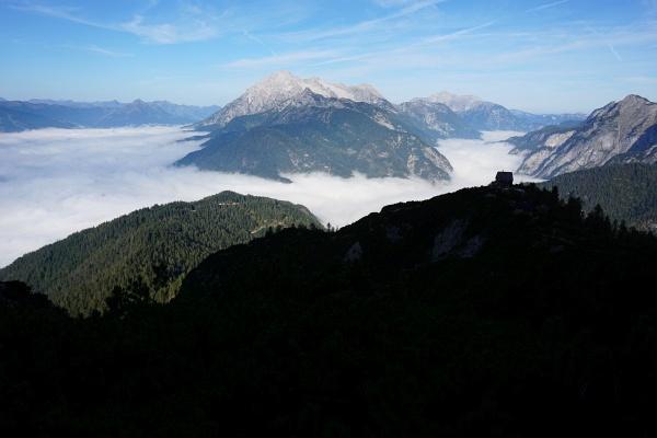 Bei der Peter-Wiechenthaler-Hütte (rechts auf der Anhöhe im Schatten) kommen wir nicht direkt vorbei. Im Hintergrund die Loferer und Leoganger Steinberge.