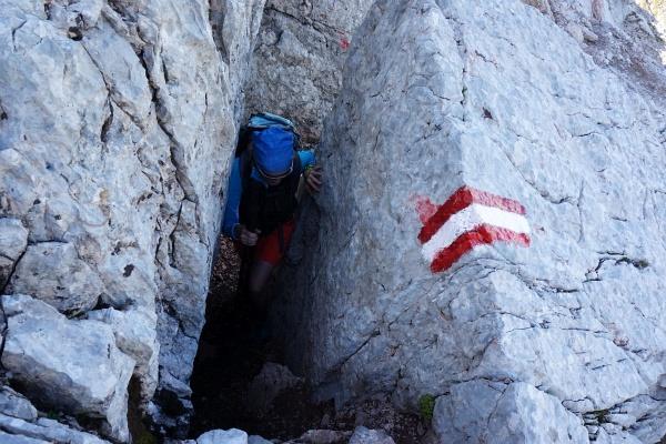 Unterwegs am Saalfeldner Höhenweg. Die AlpenYetin behauptet, der dicke Rucksack war schuld, dass sie fast stecken geblieben ist.