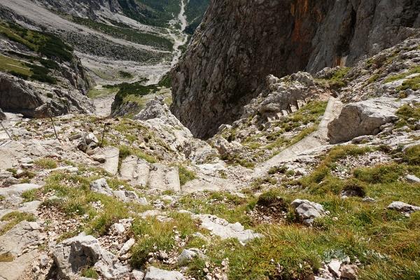 Steiles, aber gut gesichertes Gelände beim Abstieg vom Riemannhaus.