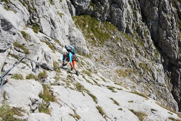 Über glatte Felsplatten helfen die Drahtseile hinweg