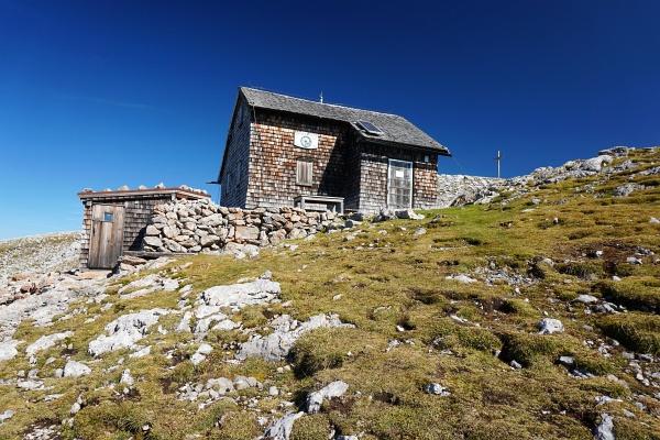 Bei der Edelweißhütte - links erkennt man den Zubau der geöffneten Notunterkunft.