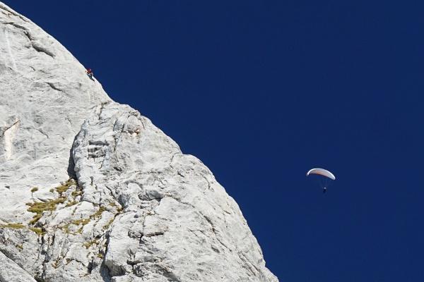 Kletterer (links oben) und Paragleiter im Umfeld des Tauernkogel
