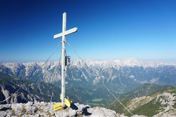 Ganz alleine beim Gipfelkreuz am Schrocken. Prächtiger Ausblick zum Gipfelkamm über Hinterstoder.