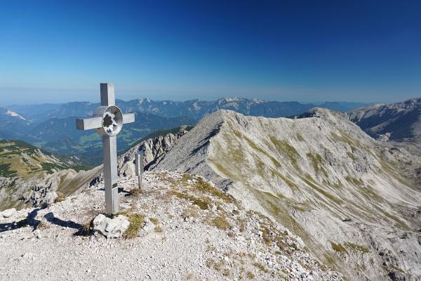 Gipfelkreuz am Kaminspitz mit Blick zurück zum Schrocken.