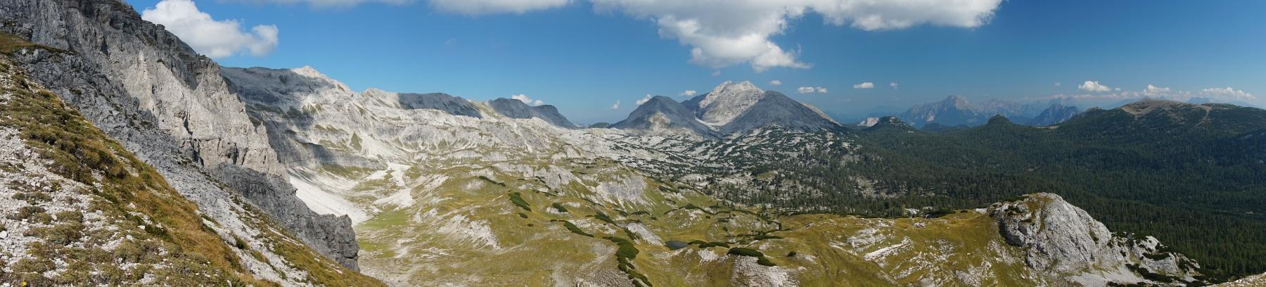 Blick über das baumlose Anstiegsgelände von der Brunnalm zur Elmscharte. Rechts der Bildmitte das Warscheneck. (Klick zur Vergrößerung)