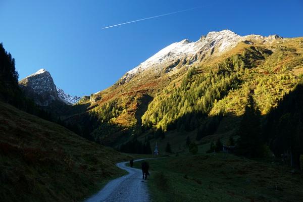 Schatten bei der Aigenalm - auf den Gipfeln aber strahlend sonnig.