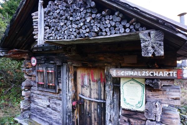 Vorbei an einer Jagdhütte Richtung Schmalzscharte.