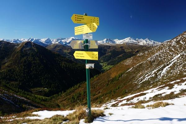 Großartiger Ausblick von der Schmalzscharte über das Gasteiner Tal in die Glocknergruppe.