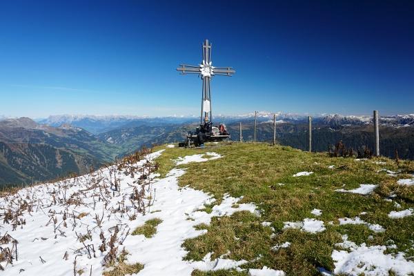 ... zum Gipfelkreuz am 2.424 Meter hohen Frauenkogel.