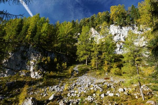 Die Orientierung ist nicht immer ganz einfach und gelegentlich muss man schon zu unüberwindbar scheinenden Felswänden hinaufsteigen.