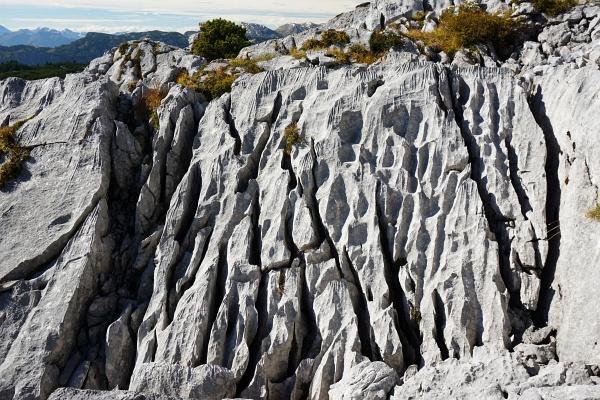 Zerfurchte rauhe Felsplatten im Kemetgebirge am Weg auf den Hirzberg.
