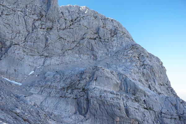Am Linzer Weg über das Schotterband, welches von links unten durch die Bildmitte nach rechts oben zum Oberen Hochkesseleck zieht.