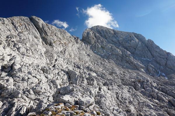Stimmen bei einem Gipfelkreuz. Sollte auch für Wanderer der Aufstieg auf den Hochkesselkopf möglich sein?