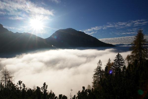 Flucht aus dem Nebelmeer über den Tälern.