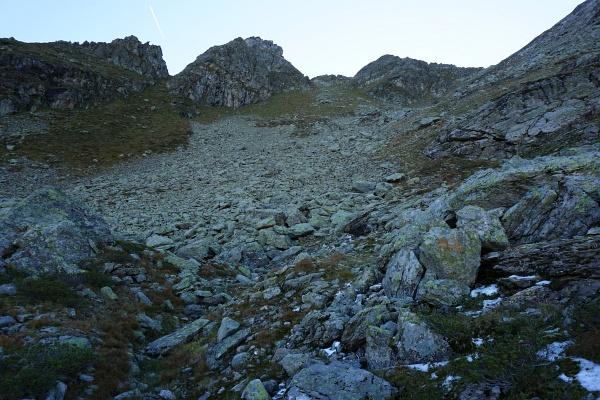 Weglos über ein Steinfeld aufwärts in Richtung Murspitzen.