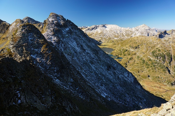 Abweisend zeigt sich die von einer dünnen Schnee- und Eis-Schicht überzogene Giglachalmspitze (der höchste Gipfel links der Bildmitte).